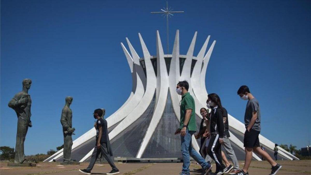 Brasil acumula más de 87.000 muertos y 2,4 millones de casos de coronavirus