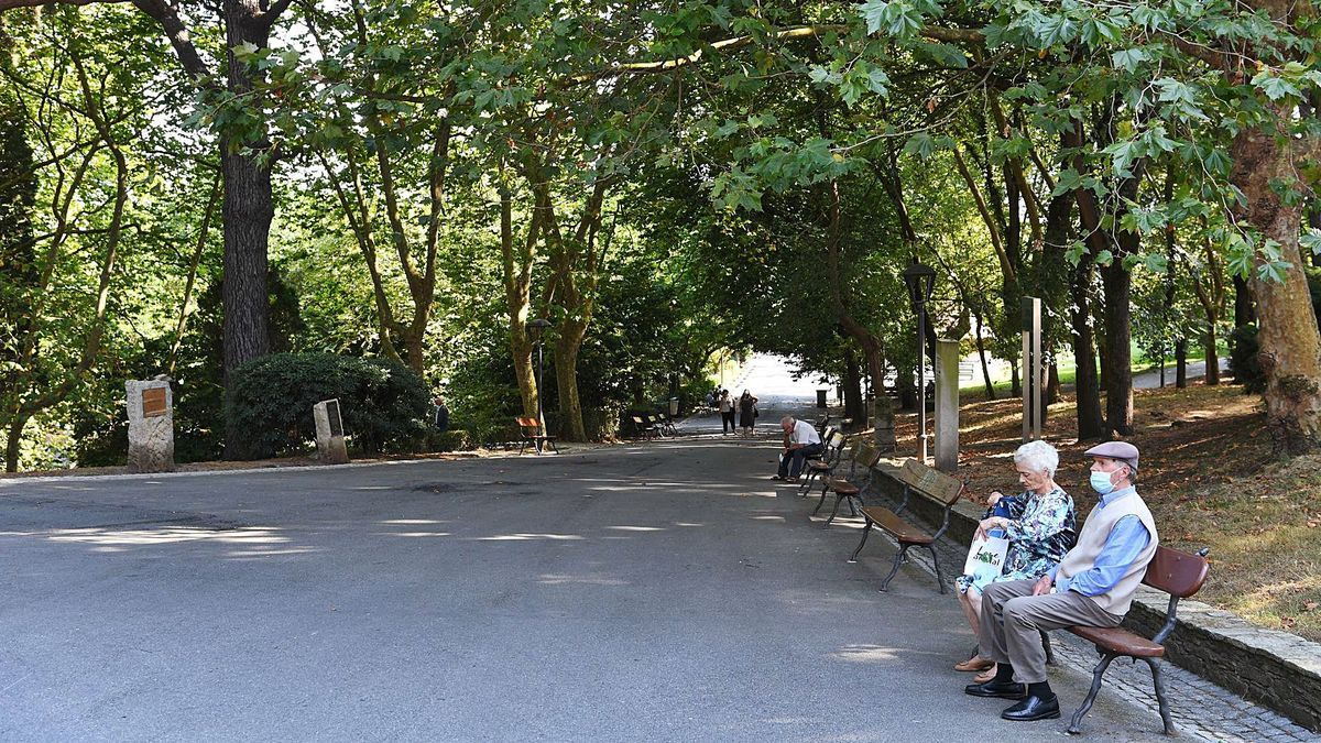 Uno de los caminos asfaltados del parque de Santa Margarita.   | // CARLOS PARDELLAS