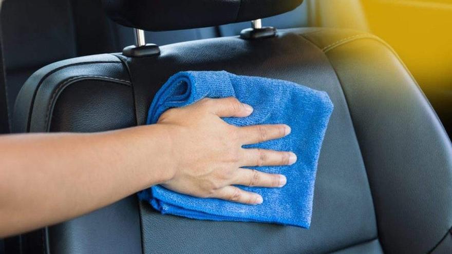 Deja la tapicería de tu coche como el primer día con estos trucos que querrías haber conocido antes