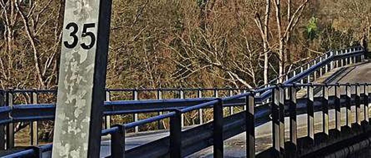 El puente de Quinzanas (Pravia), hundido en su parte central. | S. A.