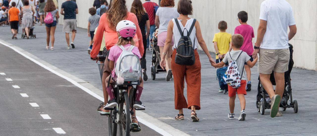 Una imagen del inicio del curso en la nueva zona ciclopeatonal de la calle Ibiza.