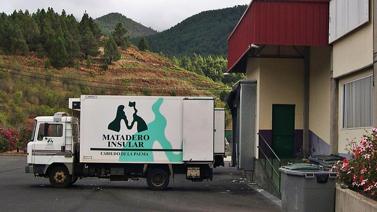 Imagen de un vehículo en el Matadero insular de La Palma     E.D.