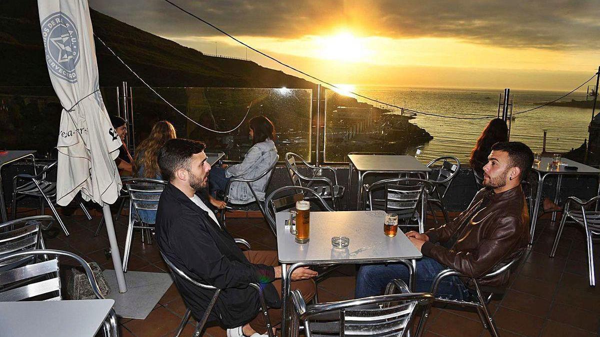 Puesta de sol en la terraza del antiguo bar O Portiño.