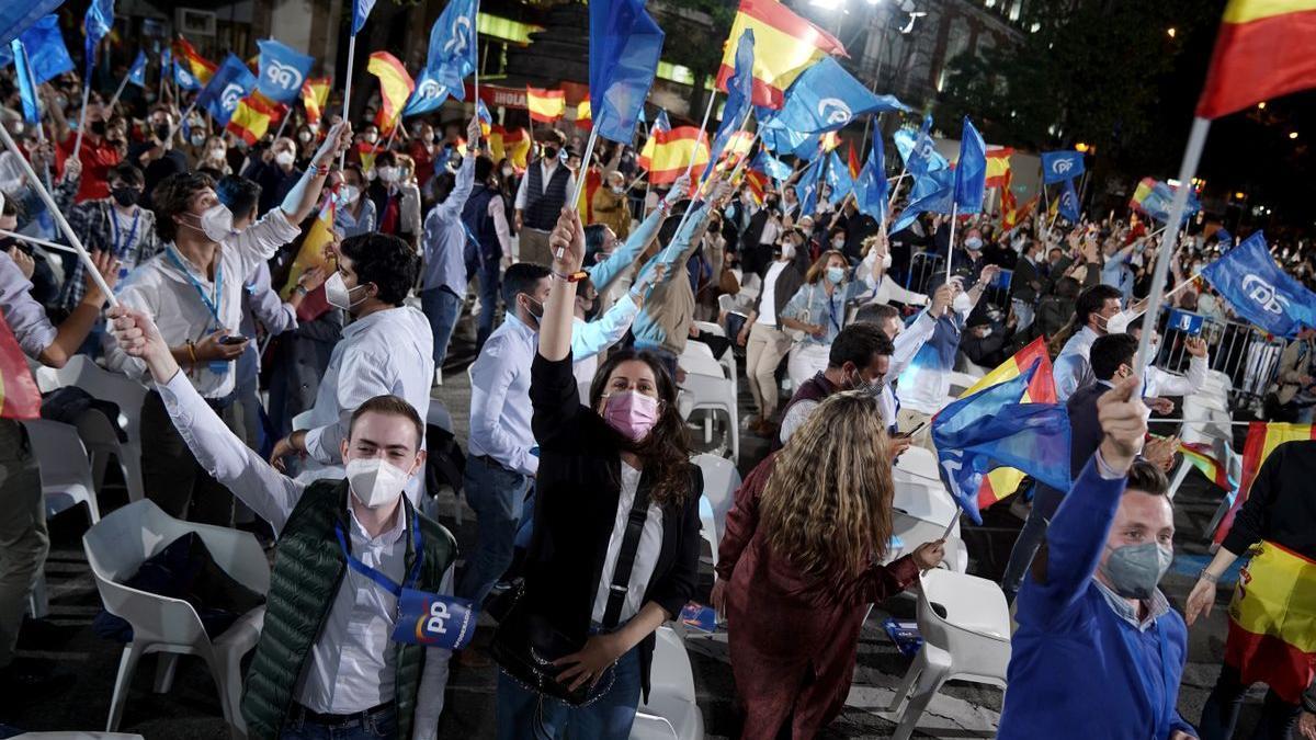 Fiesta PP en la sede del partido, después de conocer los resultados electorales