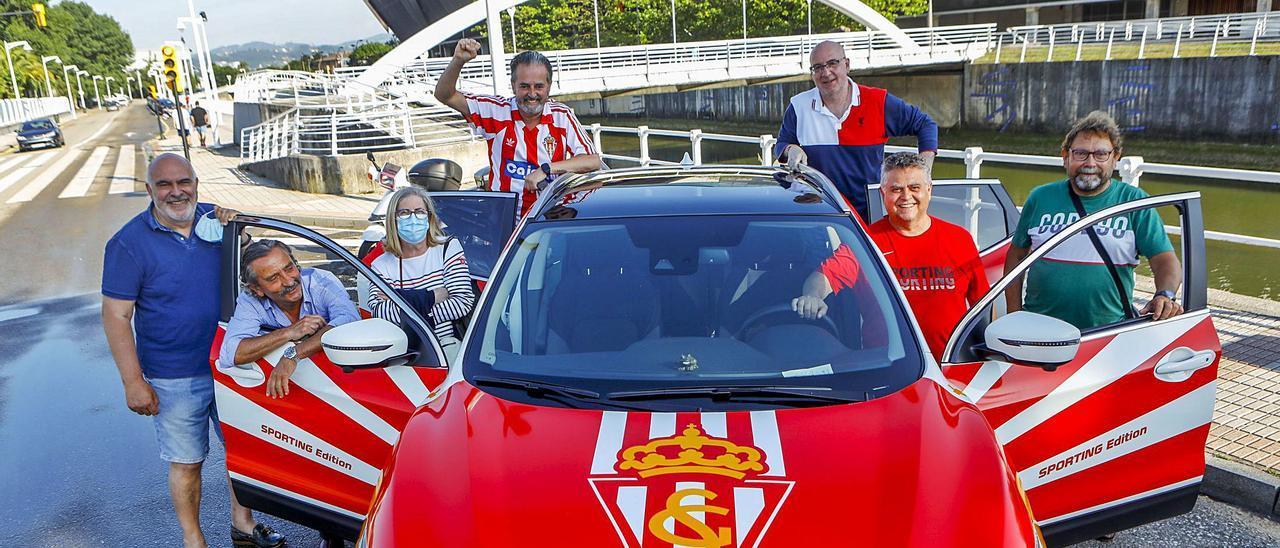 Por la izquierda, Kike Garamendi, Ángel Miranda, Gloria Revuelta, Juanjo Morán, Santi López, Humberto Merediz (dueño del coche) y Pedro Calzón, ayer frente a El Molinón. | Marcos León