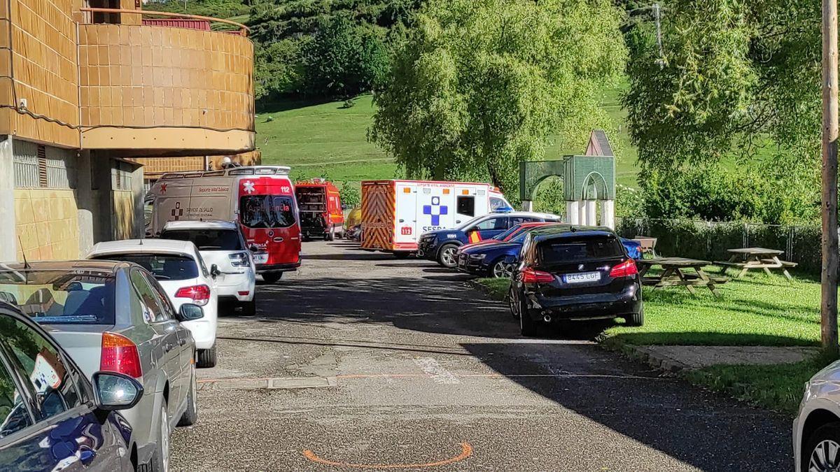Ambulancias y coches de Policía en el exterior del centro.