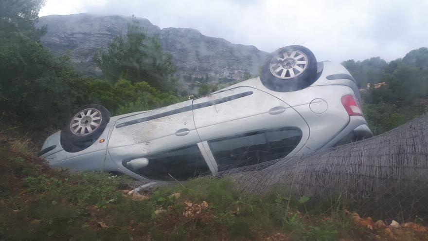 Un coche vuelca en la carretera de les Planes de Dénia