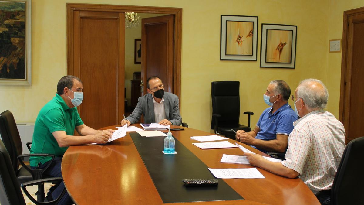 Reunión del subdelegado del Gobierno en Zamora, Ángel Blanco, con representantes de la Asociación Desarrollo Comunitario Aliste, Carmelo Aguado, Pedro Cisneros y Ángel Carballés.