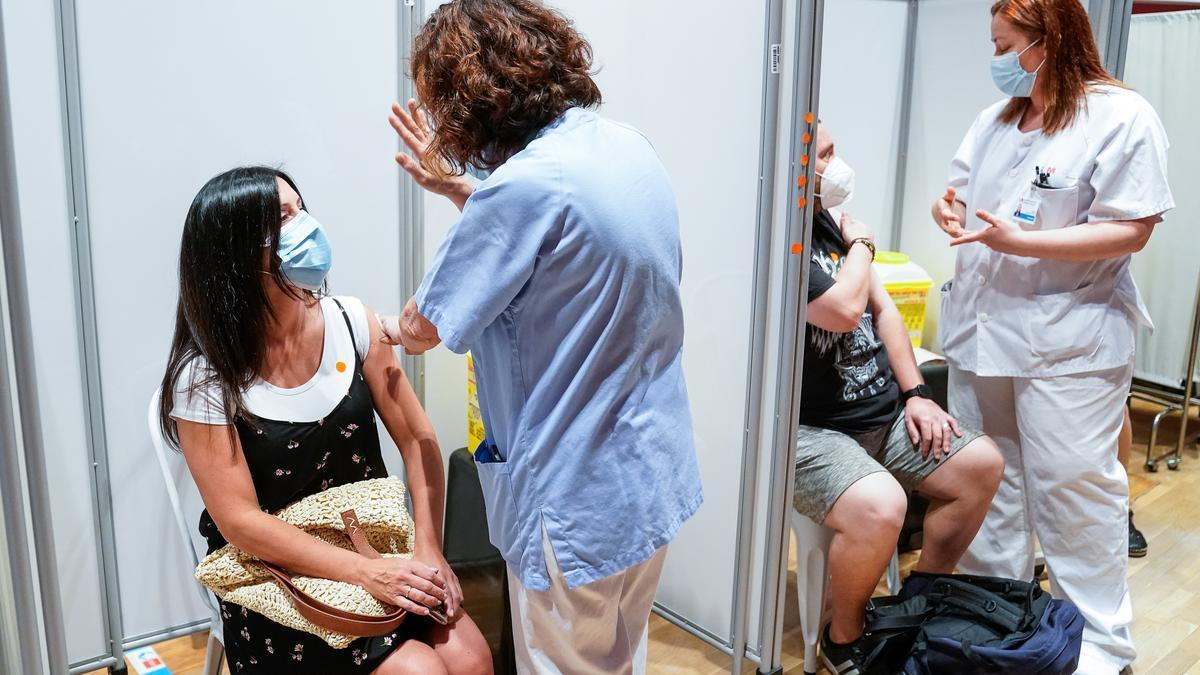 Dos personas se vacunan en Madrid.