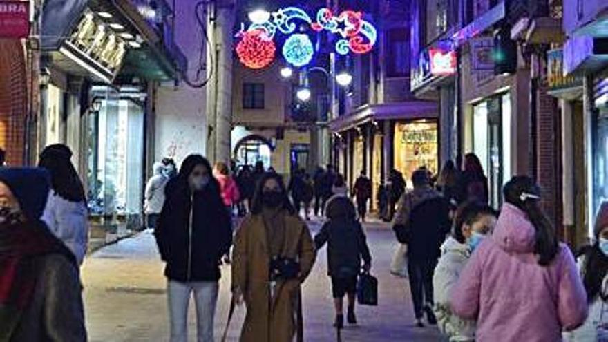 IU llama al consumo en los comercios locales y las tiendas de barrio