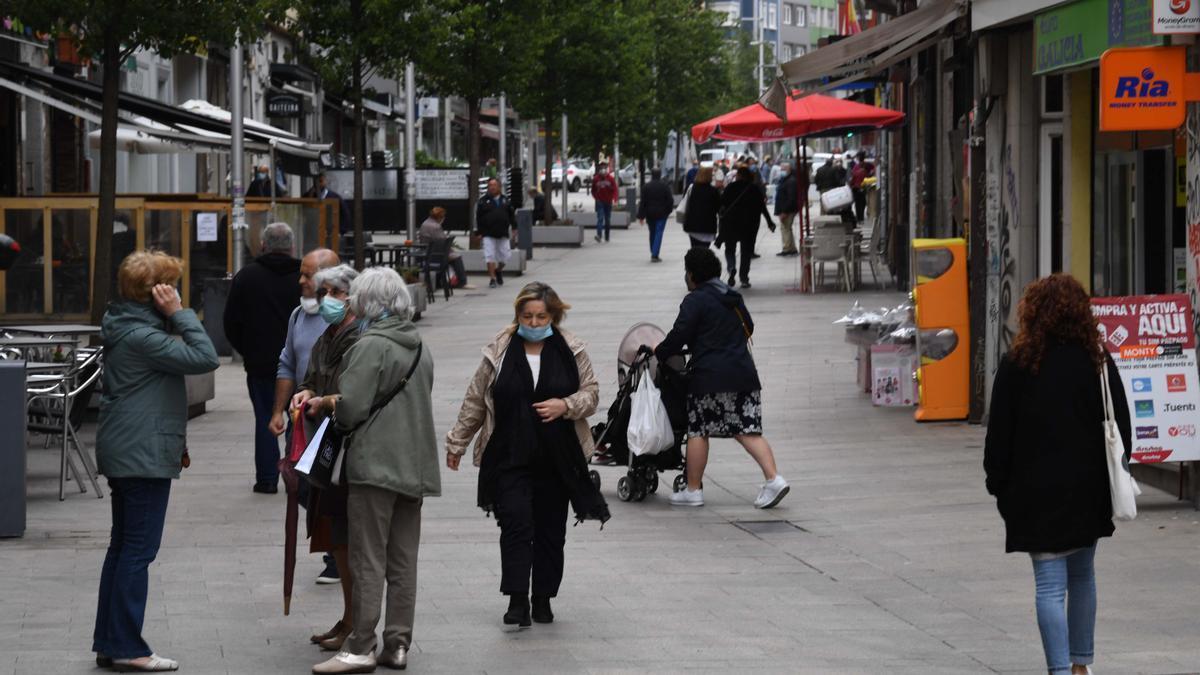 Ciudadanos con mascarilla en el barrio coruñés de A Gaiteira.