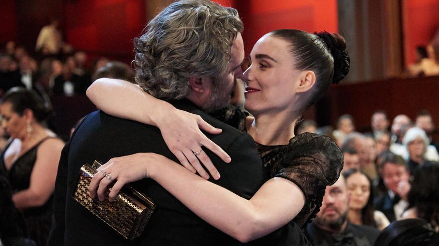 Joaquin Phoenix y Rooney Mara, embarazados de su primer hijo
