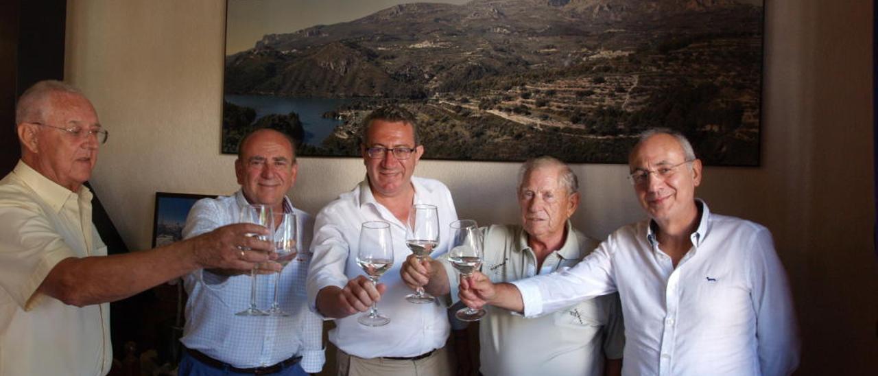 Brindis con copas de agua de los cinco protagonistas tras la reunión organizada por la Fundación Frax 41 años después.
