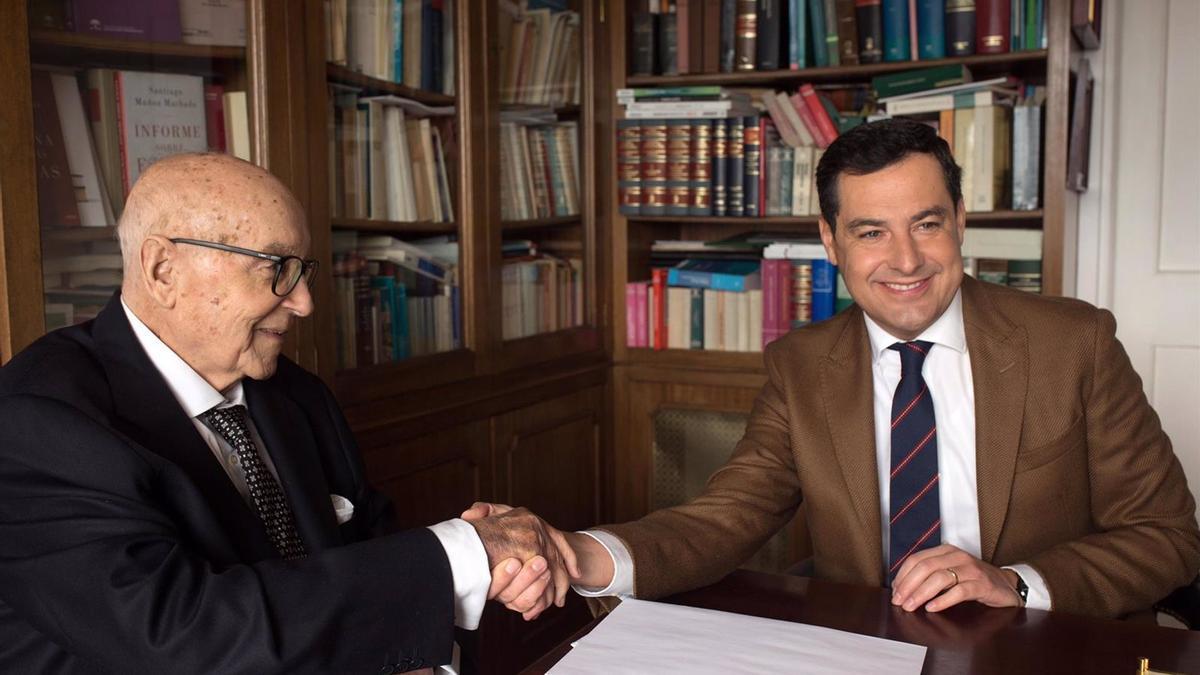 El presidente de la Junta de Andalucía, Juanma Moreno, y el exministro de UCD Manuel Clavero, en una imagen de archivo.