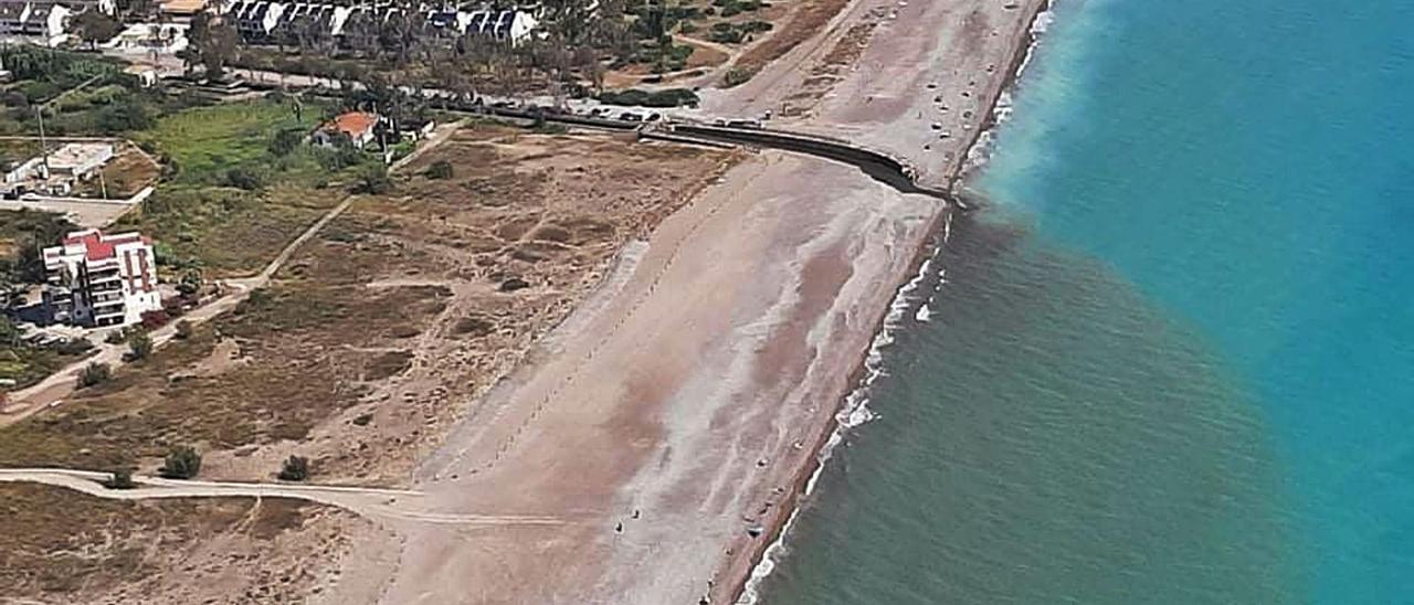 Imagen reciente donde se aprecia el rastro que dejan los vertidos de la gola en la playa. | AA VV ALMARDÀ