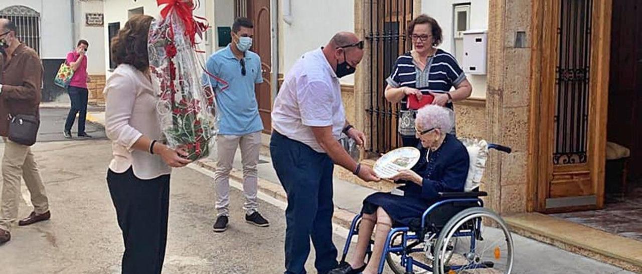 Llombai felicita a su nueva centenaria