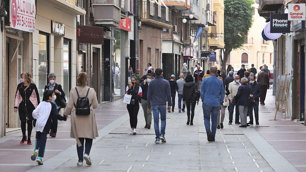 Aspecto reciente que presentaba la calle Corredora de Elche tras las obras que se han ejecutado para su peatonalización. | ANTONIO AMORÓS