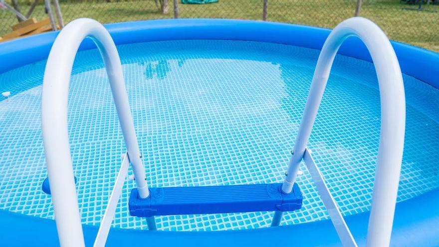 Trucs per netejar la piscina de plàstic de la teva casa