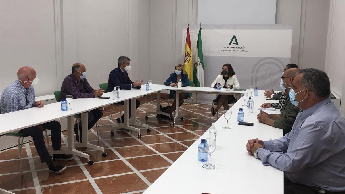 La delegada del Gobierno y la delegada territorial de Empleo en una reunión con los trabajadores de Tivoli y con el alcalde de Benalmádena