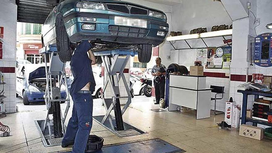 La patronal denuncia que uno  de cada cinco talleres de coches es 'pirata'