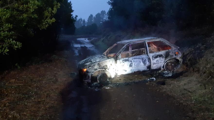 Arde un vehículo en una pista forestal de Tenerife