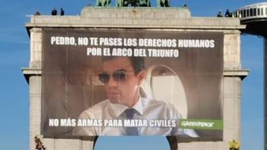 Greenpeace exigeix a Sánchez la fi de la venda d'armes amb un mem gegant a Madrid