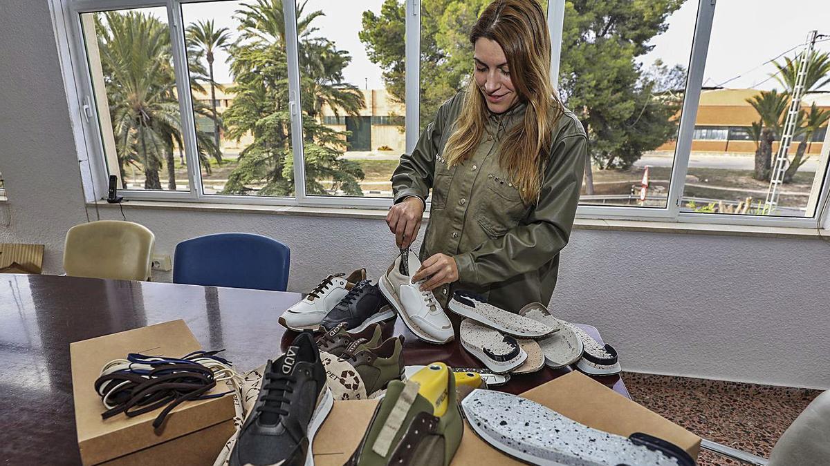 Oneida Román muestra algunos de los modelos de sus deportivas para hombre y mujer. | ANTONIO AMORÓS