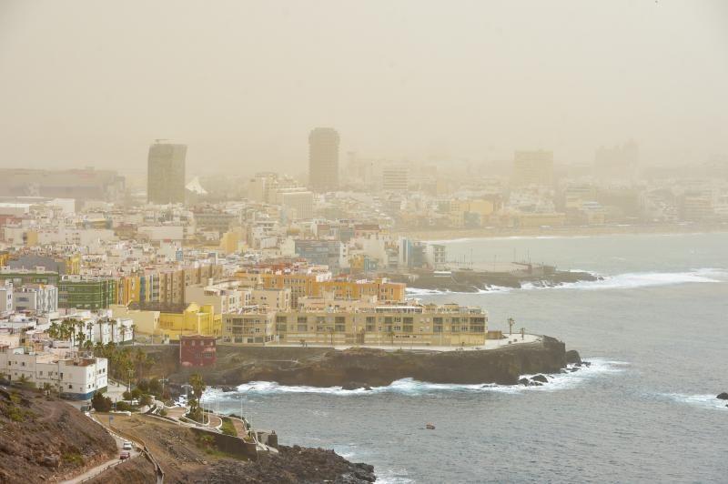 22-02-2020 LAS PALMAS DE GRAN CANARIA. Calima cubre la ciudad, vista desde Las Coloradas    22/02/2020   Fotógrafo: Andrés Cruz