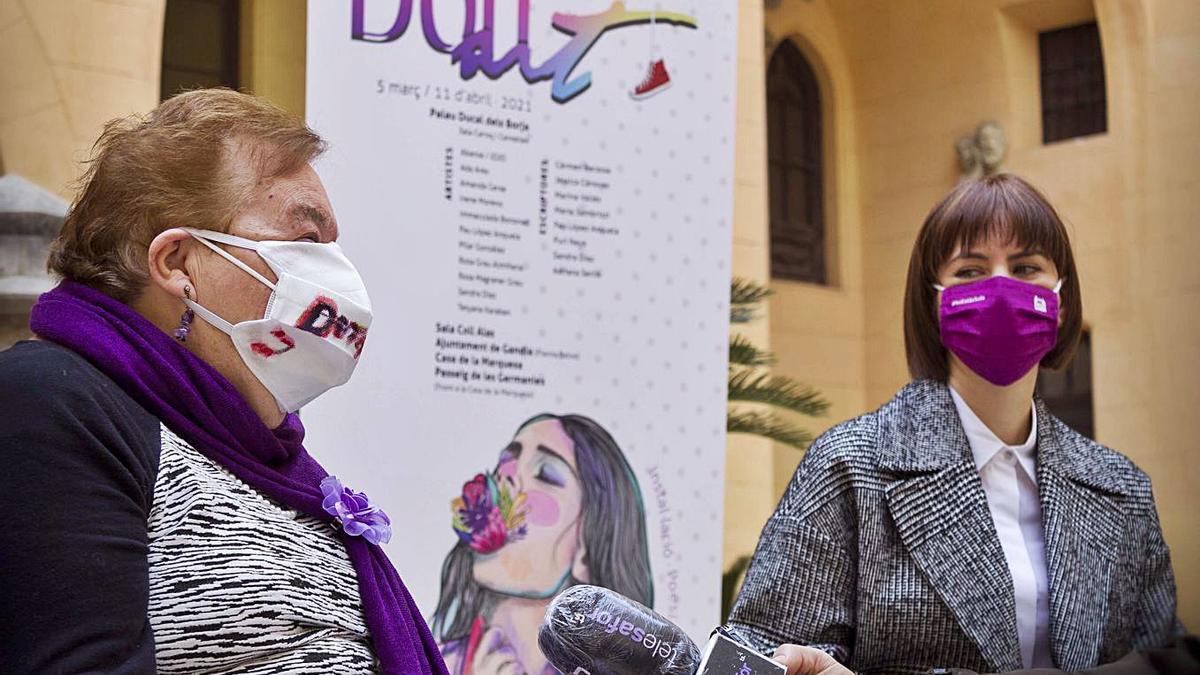 Adriana Serlik, alma máter de Donart, ayer, junto a la alcaldesa Diana Morant, en la presentación de Donart 2021. A la derecha, el homenaje a las periodistas de Gandia.                  | DANI MONLLOR