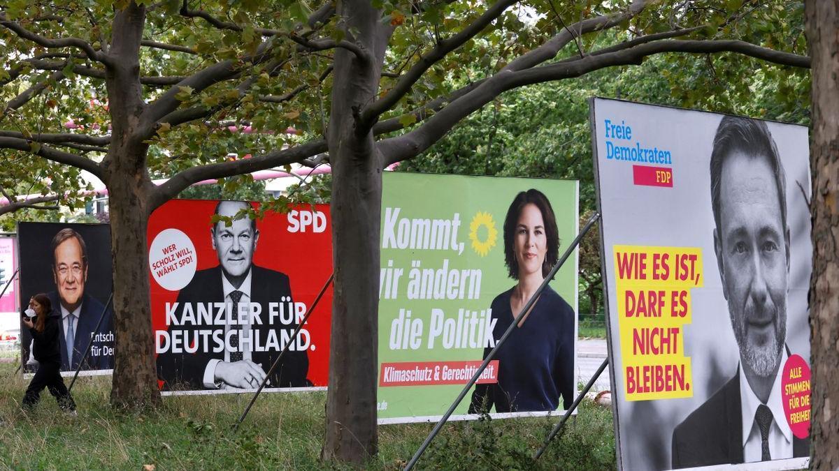 Carteles electorales en un parque.