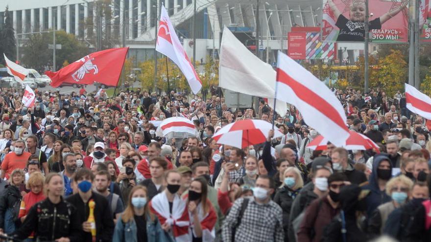 Más de 100.000 personas protestan contra Lukashenko en toda Bielorrusia