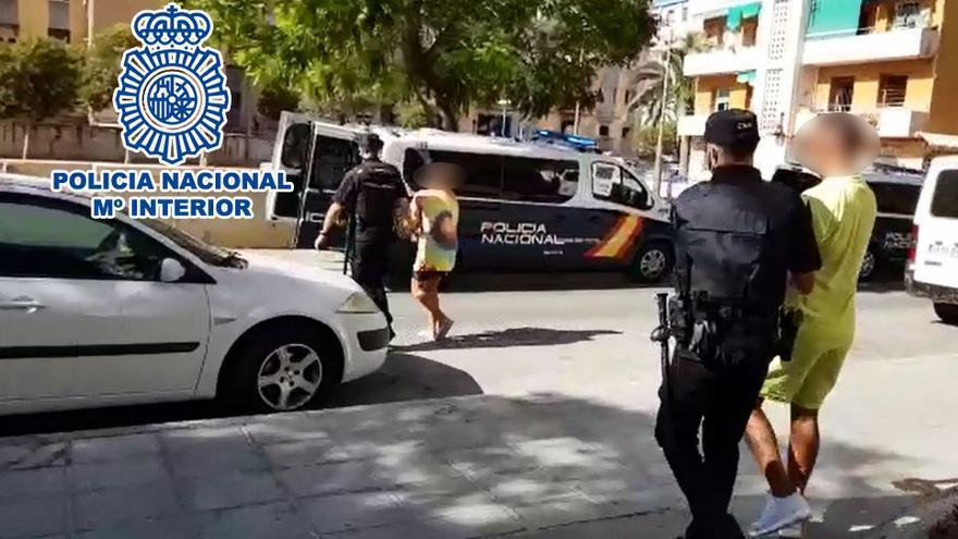 Familiares de arrestados por tráfico de drogas en Alicante vuelven al piso tras los registros para seguir traficando