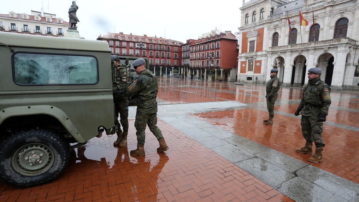 Varios militares en la Plaza Mayor de Valladolid.