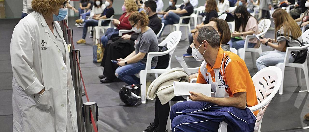Docentes en el espacio de espera del pabellón Francisco Ballester, antes de recibir la vacuna | PERALES IBORRA