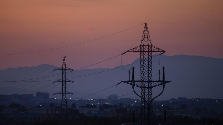 La electricidad se abarata casi un 5% el jueves pero sigue por encima de los 100 euros/MWh
