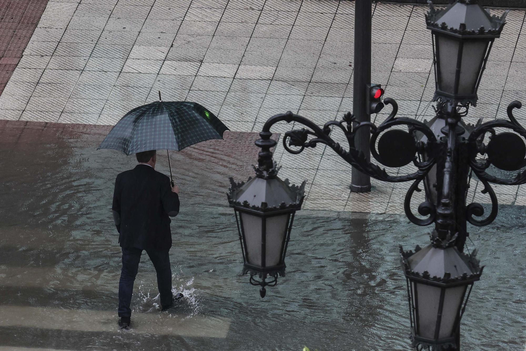 EN IMÁGENES: Así ha sido la espectacular tromba de agua caída en Oviedo esta tarde