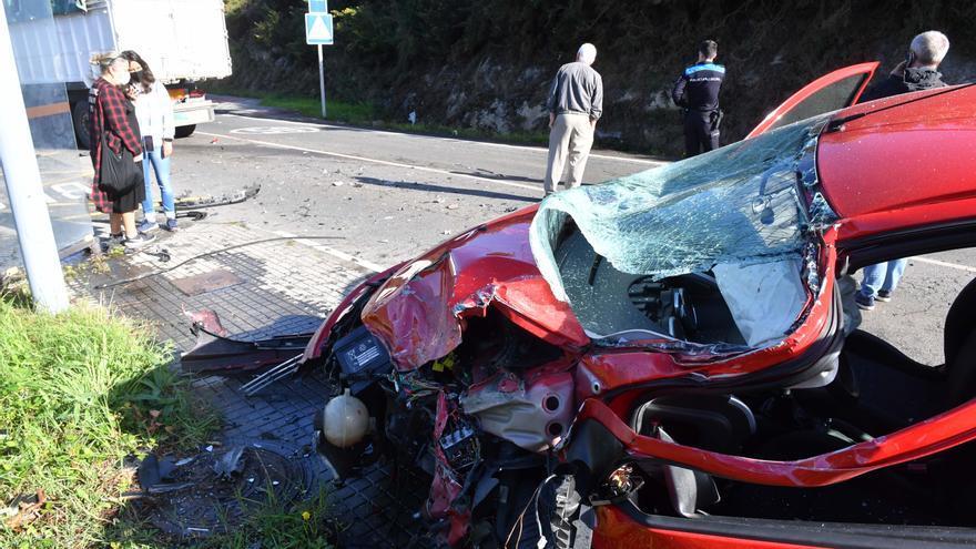 Un herido al chocar un coche y un camión en Comeanda