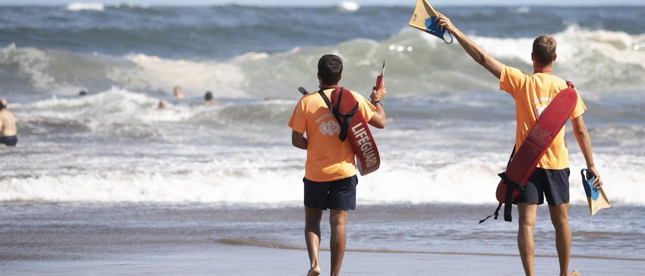 Socorristas en la playa de Salinas