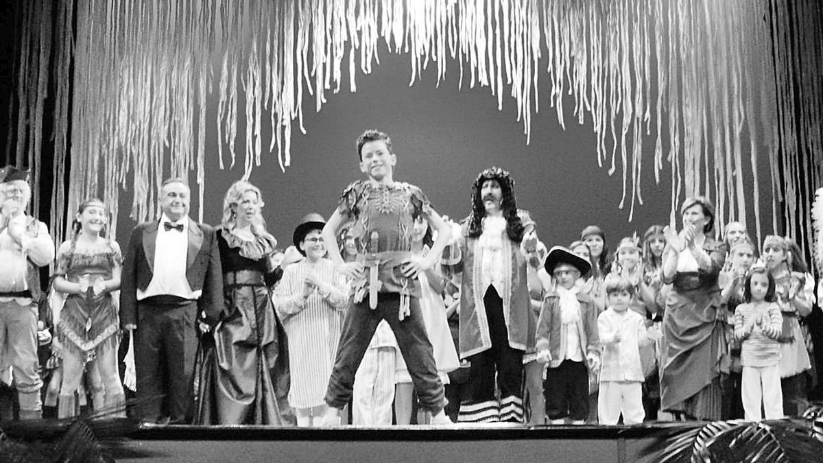 Elenco de actores y actrices que participan en el musical de Peter Pan de la Compañía Taules Teatre, que esta noche llega a Calasparra.
