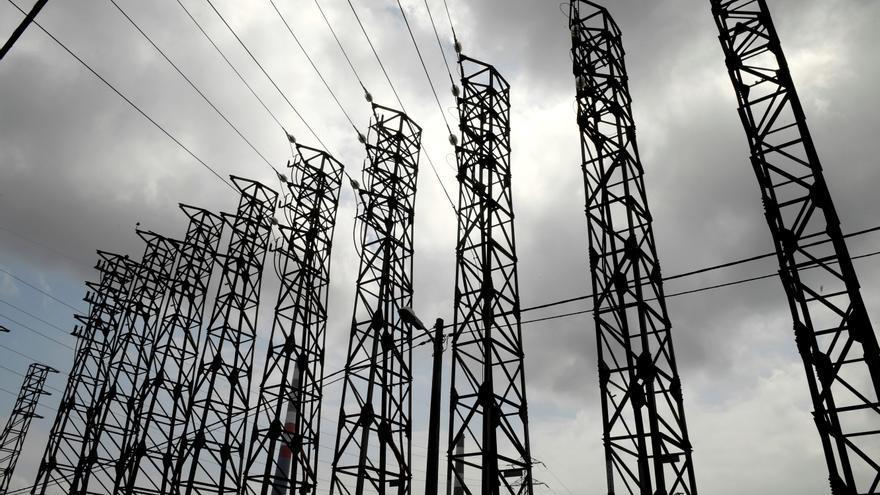 Las grandes eléctricas piden reformar a fondo la tarifa regulada