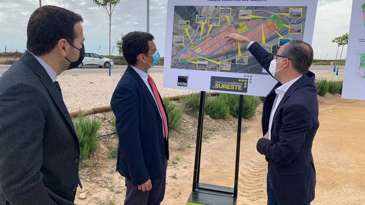 El consejero de Fomento e Infraestructuras, José Ramón Díez de Revenga, acompañado por los responsables del Parque Logístico del Sureste visitan uno de los sistemas de drenaje sostenible instalados en el polígono.