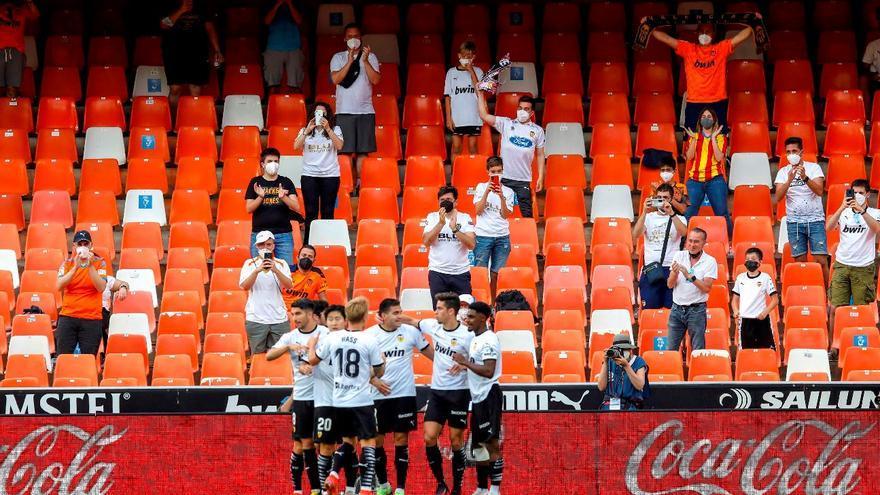 El Valencia disfruta con su afición y el Eibar desciende
