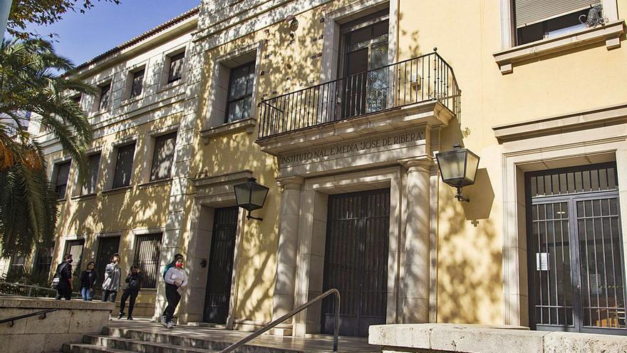 Padres de alumnos del Ribera que acuden a  clases en días alternos reclaman soluciones
