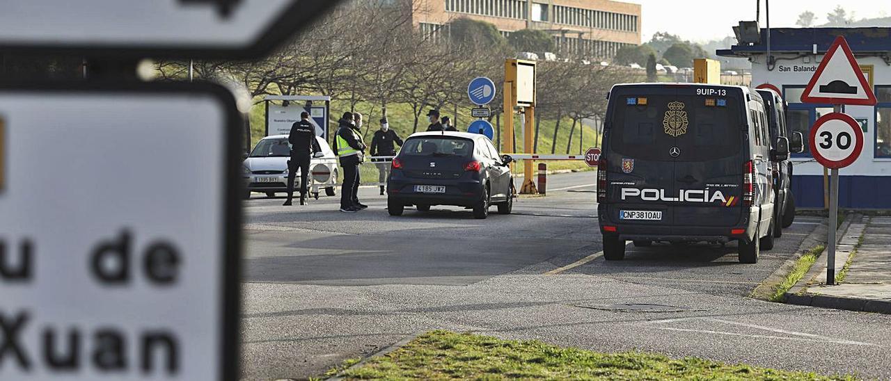 Furgones de la Policía Nacional en la puerta de Alu Ibérica el pasado mes de marzo.