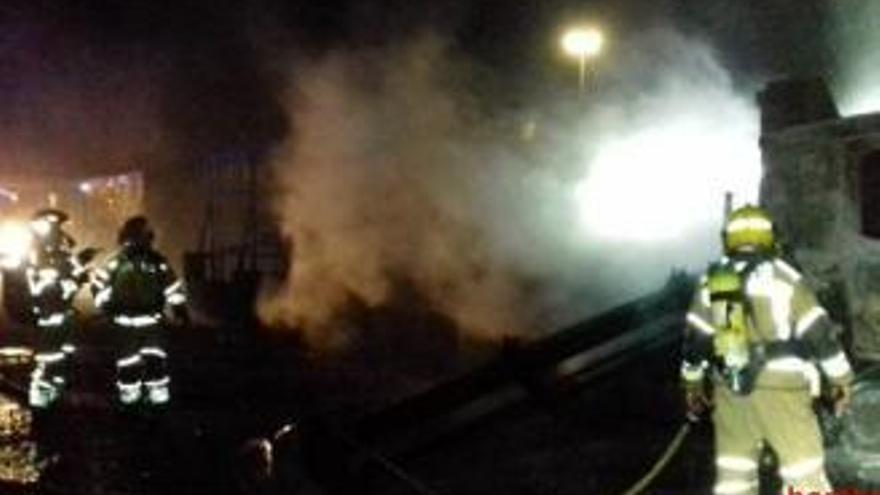 El foc en un camió s'estén a la fàbrica de piscines de Vilaür