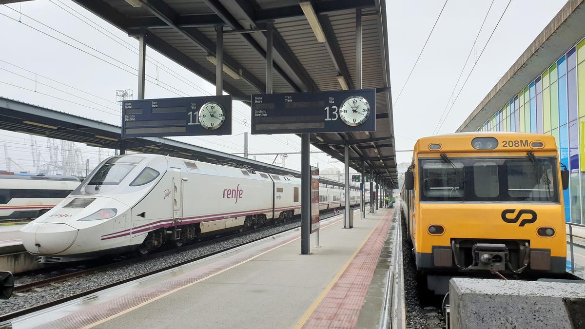 Tren Celta (derecha) que une Vigo y Oporto aparcado en la estación de Guixar.