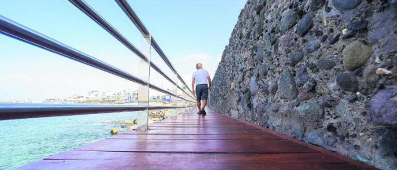 Agaete adecenta el paseo del Muelle Viejo para evitar el peligro de caídas