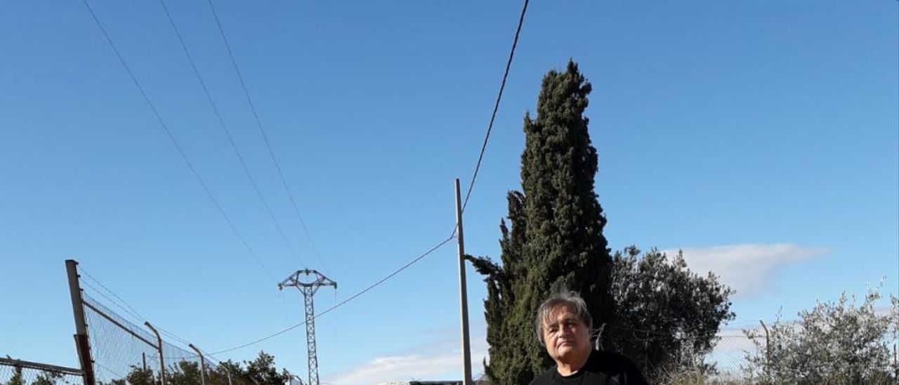 Heliodoro delante del camino que le impide salir de su casa.