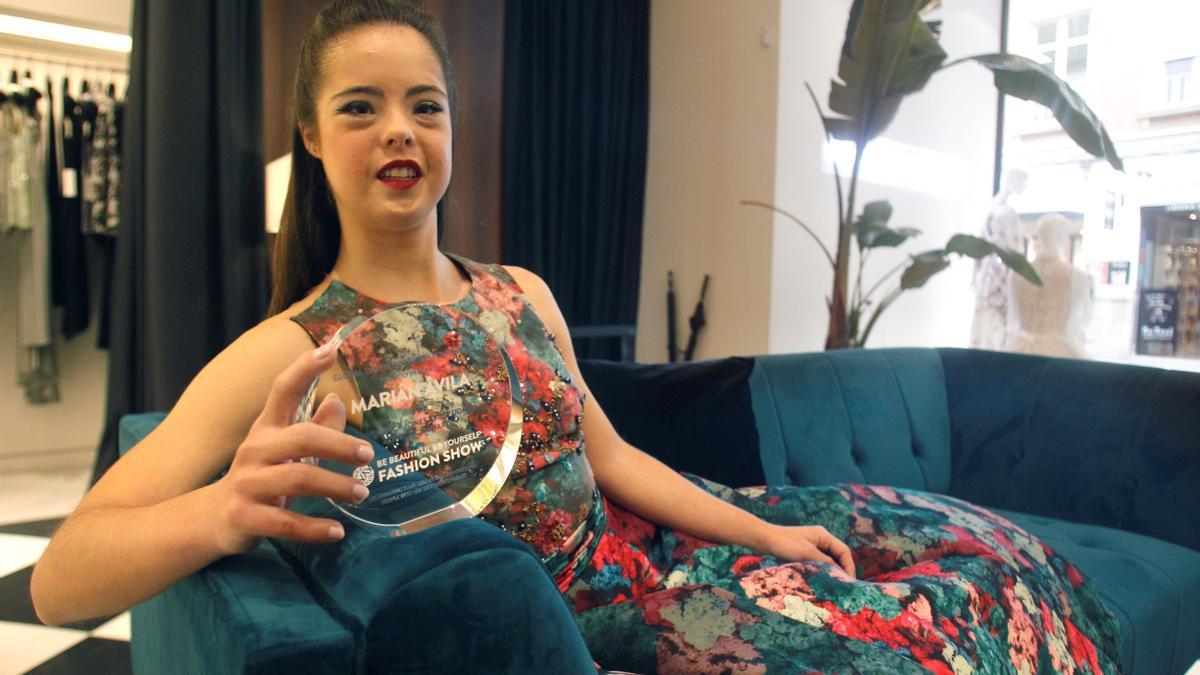 La modelo benidormí Marián Ávila, con el galardón que ha recibido.