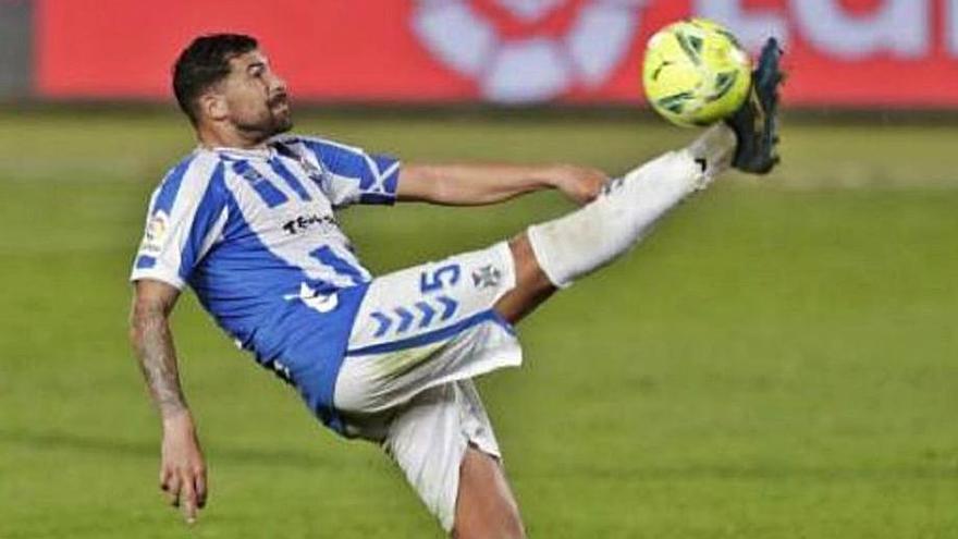 Alberto despeja un balón en el derbi contra Las Palmas.
